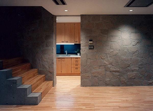 あえて、独立キッチンにして居間の空間を主張した例