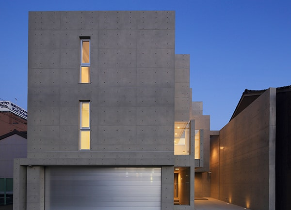7mのコンクリートの壁からできるライトコートのある家