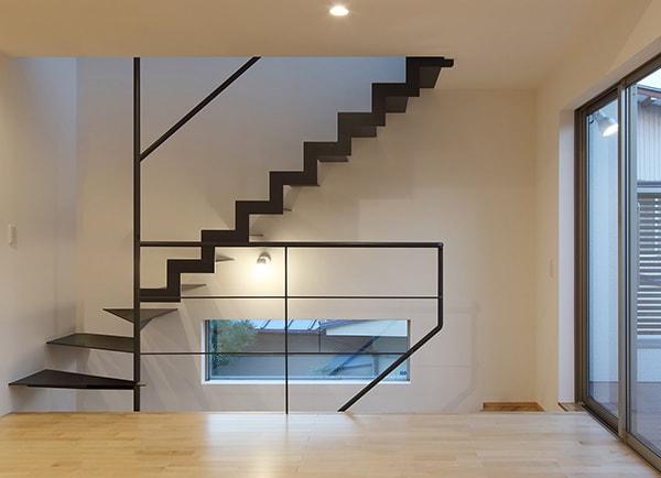 鉄骨階段によるシャープな空間